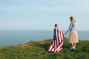 mère célibataire avec fils le jour de l'indépendance des états-unis photo