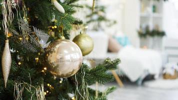 décorations de noël, arbre de noël, cadeaux, nouvel an en couleur or photo
