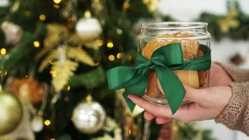 biscuits à l'avoine dans un bocal en verre. sur fond de décor de Noël photo