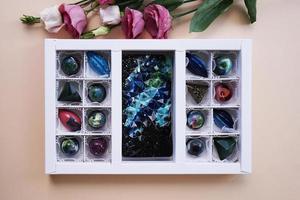 un ensemble de bonbons faits à la main dans un emballage festif photo