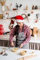 Jeune femme latine mélangeant la cuisson de la pâte à la cuisine photo