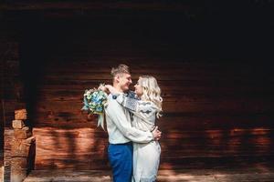 couple marié à l'extérieur d'une maison en bois photo