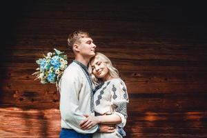 couple marié embrassant photo