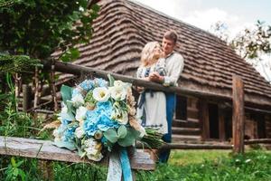 couple marié avec un bouquet photo