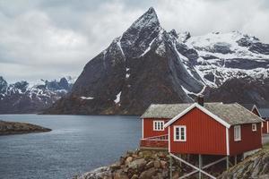 maisons de pêcheurs rouges au bord de la mer et des montagnes photo