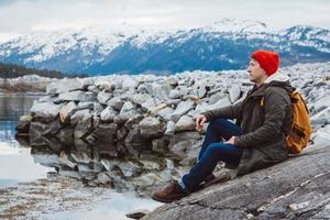 homme assis sur le rivage photo