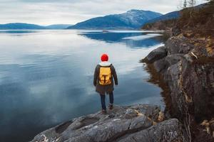 homme debout au bord du lac photo