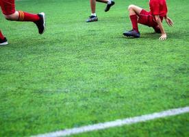 les footballeurs sont en compétition dans les sports de couleur de l'école primaire photo