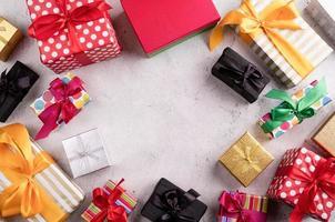 divers coffrets cadeaux vue de dessus à plat avec espace de copie photo