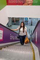 jeune femme, debout, sur, escalator, dans, centre commercial, shopping photo