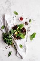 salade aux épinards, laitue rouge, concombres et verdure photo