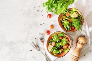 bols de salade de légumes vue de dessus mise à plat photo
