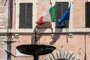 mairie de spolète avec des drapeaux photo