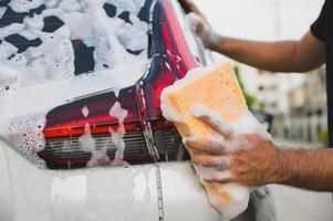 homme, nettoyage, lavage, voiture, à, éponge, et, mousse photo
