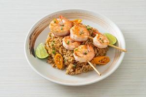 riz frit et brochettes de crevettes photo