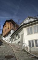 Rue et maisons traditionnelles dans la vieille ville de zurich suisse photo