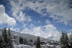 Les arcs alpes françaises station de ski et vue sur les montagnes près de bourg saint maurice en france photo