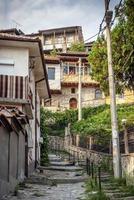 rue de la vieille ville et maisons traditionnelles vue sur veliko tarnovo bulgarie photo