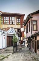 maisons traditionnelles et rue pavée de la vieille ville de plovdiv en bulgarie photo
