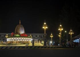 Point de repère du rond-point durian dans le centre de la rue de la ville de Kampot au Cambodge la nuit photo