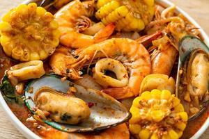 fruits de mer épicés au barbecue - crevettes, sqiud, moules photo