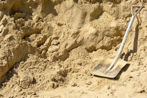 pelle sur le sable dans le chantier de construction avec espace de copie photo