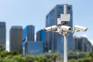 pilier de vidéosurveillance avec le bâtiment en arrière-plan de la ville photo