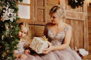 mère calmant sa triste fille infantile qui pleure - arbre de Noël photo