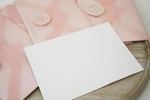 chèques-cadeaux dans une enveloppe rose photo