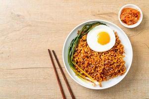 nouilles instantanées épicées coréennes séchées avec œuf au plat photo