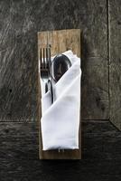 couverts chics sur une vieille table de restaurant décontractée en bois rustique photo
