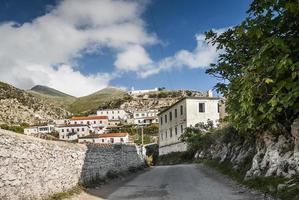 Vue sur le village albanais traditionnel de Dhermi dans le sud de l'Albanie photo