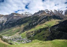 Village de vals paysage de la vallée alpine et maisons dans les alpes centrales suisse photo