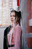 portrait de belle fille cool sur mur rouge photo