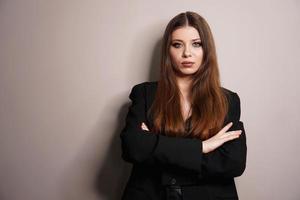 belle jeune fille blanche en gros plan dans une veste noire photo