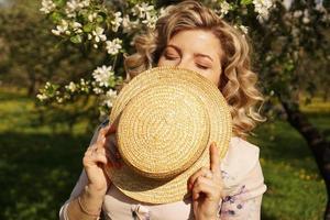femme a couvert la moitié du visage avec un chapeau de paille photo