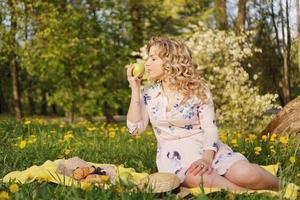 femme avec pomme lors d'un pique-nique dans le jardin d'été photo
