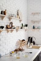 table en bois avec différents ustensiles de cuisine sur une cuisine moderne blanche photo