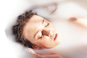 jeune femme séduisante se détendre dans le bain photo