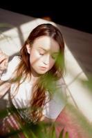 belle jeune femme avec des ombres sur le visage photo