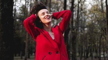 femme glamour portant une tenue rouge et un brillant à lèvres rouge assorti. photo