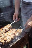 kebab grillé sur brochette en métal, viande fraîche photo