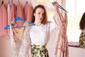 jolie femme choisissant des vêtements ou une tenue dans le dressing photo