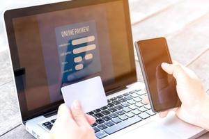 personne qui saisit les informations de sa carte de crédit photo
