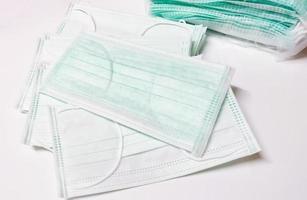 masques de protection sur fond blanc photo