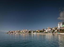 vue sur la ville de la station balnéaire de sarande sur la côte sud de l'albanie photo