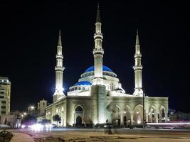 monument de la mosquée mohammad al amin dans le centre de la ville de beyrouth au liban la nuit photo