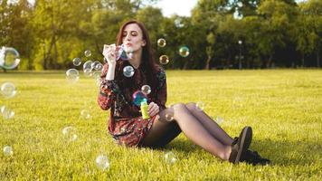 portrait romantique de jeune femme avec des ballons de savon. photo