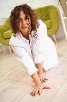 femme sexy en chemise blanche sur plancher en bois photo