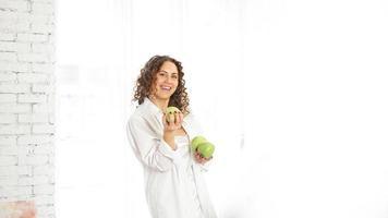 femme aux pommes. diète. mode de vie sain. photo